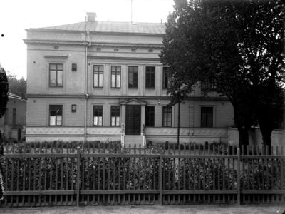 Ridhuset, tvåvånings bostadshus. Huset finns i nordöstra hörnet av Slottsgatan och Olaigatan Bilden tagen från norr