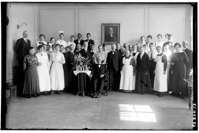 Hålahults sanatorium, interiör, gruppbild, man stående direkt till vänster om Wallers porträtt Ivar Pettersson, gårdskarl, chaufför, vaktmästare, bror till chaufför Folke Pettersson make till Dagny Pettersson