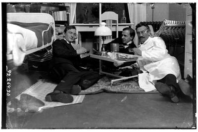 Hålhults sanatorium, interiör, tre män ligger på golvet runt ett lågt bord, till höger underläkare A Hayne 1/9 1914 - 31/1 1915