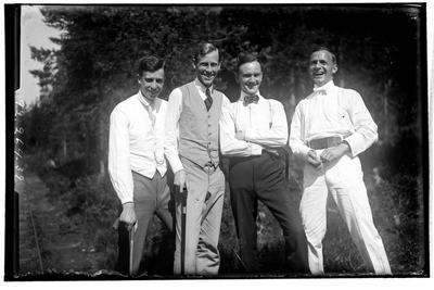 Hålahults sanatorium, exteriör, fyra män nr. två från vänster underläkare E. Törnell 1/7 1918- 7/10 1921. nr. fyra från vänster Birger Olsson hade hand om posten och labratoriet 25/9 1917 - 30/4 1921.