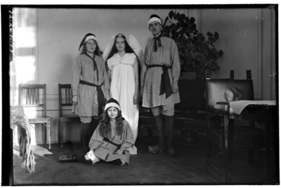 Hålahults sanatorium, interiör, Fyra personer, utklädda, tre tomtar, en ängel, står i ett hörn av rummet, soffa, stolar