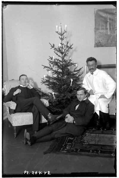 Hålahults sanatorium, interiör, tre män vid julgran, manen i vit rock underläkare A. Hayne 1/9 1914 - 31/1 1915