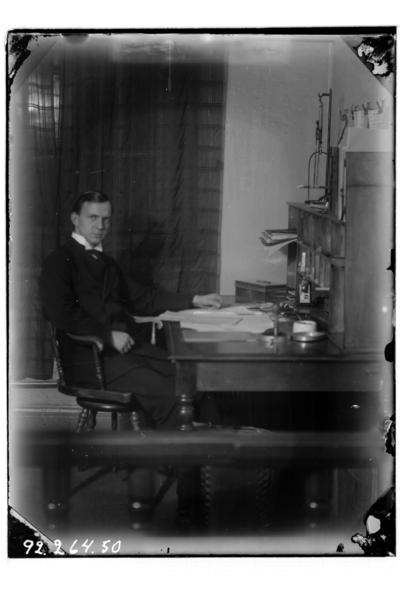 Hålahults sanatorium, interiör, en man sitter vid ett skrivbord, Birger Olsson? hade hand om posten och labratoriet.