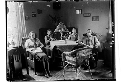 Hålahults sanatorium, interiör, man kvinna två barn sitter runt ett bord, privata kläder, tjänstebostad?