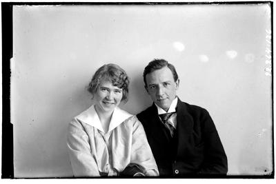 Hålahult sanatorium, interiör, porträtt på man och kvinna, manen underläkare V.H. Steffen 1/1 1920 - 15/8 1922