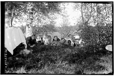 Hålahult sanatorium, exteriör, gruppbild, tre män, sju kvinnor, i naturen vid kaffebord, en annorlunda bild med humor.