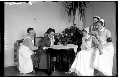 Hålahult sanatorium, interiör, fem kvinnor sitter runt ett bord, fyra klädda i uniform, från vänster Hanna Johansson 15/2 1913-> köksföreståndarinna, fyra från vänster syster Rut Larsson  1/7 1914->