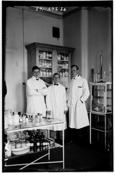 Hålahult sanatorium, interiör, sanatorieinteriör, laboratorie? (behandlingsrum), till höger underläkare E. Törnell 1/7 1918 - 7/10 1921