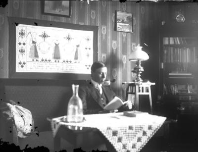 John Liedholms glasplåtssamling. Han själv i hemmet.