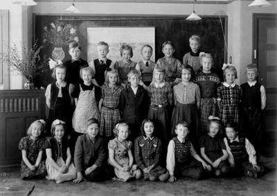Engelbrektsskolan, klassrumsinteriör, 23 skolbarn. Lärarinna fröken Herta Elander finns inte med på bilden. Klass 2, sal 15.