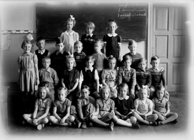 Vasaskolan, klassrumsinteriör, 23 skolbarn. Lärarinna fröken Ebba Hansson finns inte med på bilden. Klass 1, sal 7.
