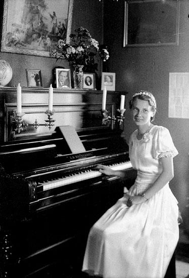Rumsinteriör, en flicka. Brita, Samuel Larssons dotter. Brita Larsson, gift Eriksson, f.1923 d. 2000.