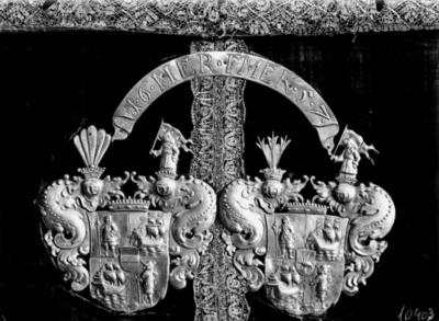Antependium. Mittpartiet med givarnas Erik Ryning och Maria Elisabeth Kursells vapensköldar i silver. Antependiet, jämte en mässhake skänktes till Nikolaikyrkan år 1657 av fru Kursell. Kandidat S. Wallin. Örebro Läns Museum.