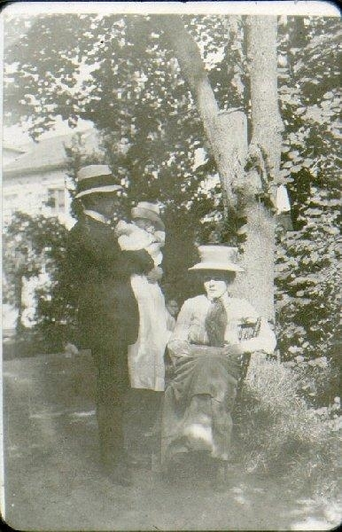 Joh. W. Sterner, manufakturhandl. i Falköping 1908-11, född i Laholm. Gift med Edit Carlsson, dotter till skofabr. A. W. Carlsson, Ranten.