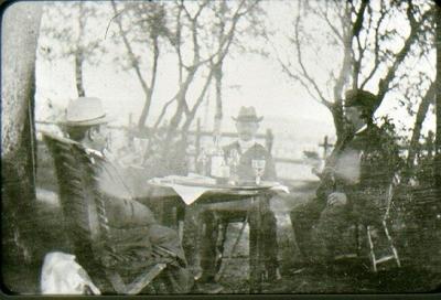 Sällskap från 1890-talet. Från vänster: bankkassör Albert Lundin, donatorn Axel Ekman, bryggmästare G. Wallgren.