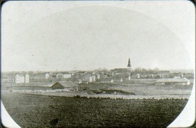 Utsikt över Falköping, taget från nordnordväst, ungefär från samskolans tomt eller från höjden vid Jungfruhålan i parken.