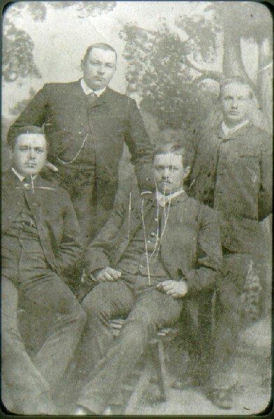 Fyra goda vänner på 1880-talet. Stående: Hj.Trolander och G.Jungmarker, sittande:  G.Blomgren och Stanislaus von Mosczinsky.