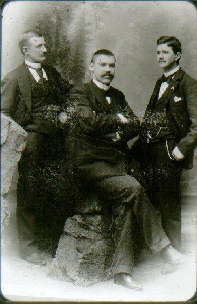 Gruppfoto, från vänster: lokförare Carl Nordin, bokhållare Fridolf Hall, lokmästare Sven Alexandersson.