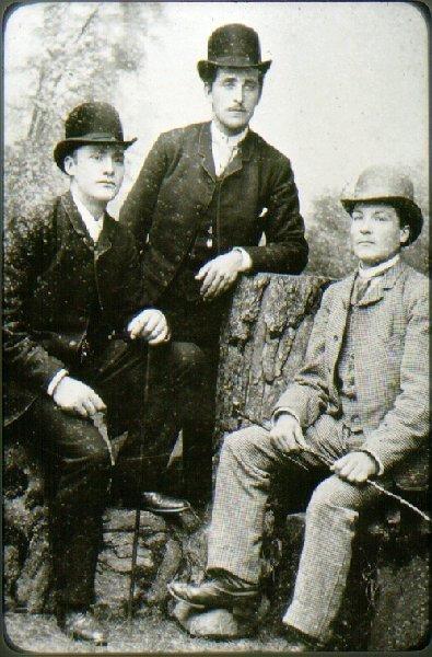 Tre biträden hos J. Janzon: Carl Dahlén, sedan handlande i Dimbo, Simon Smedberg, sedan bosatt i Höganäs, Albert Östman - Masen - död i Skultuna.