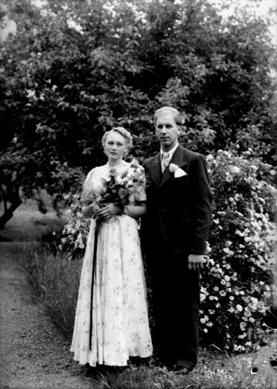 Bröllop, brudparet Nils Sundkvist, Linde, Linde socken. Bilden tagen hos Renhult i Hovsta, Hovsta socken.