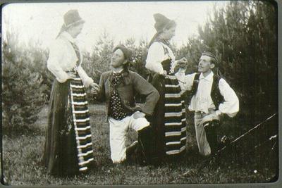Medverkande i Planteringsförbundets sommarfest 1897. Från vänster: fröken Hildur Petersson-Nyborg, stationsskr. Carl Lagergren, fröken Hilma Ericsson gift Forssberg, köpman Viktor Strömberg .
