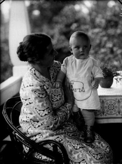 En kvinna och en pojke. Jan Jerker Källen med mormor Hulda Johansson på verandan till sommarstugan.