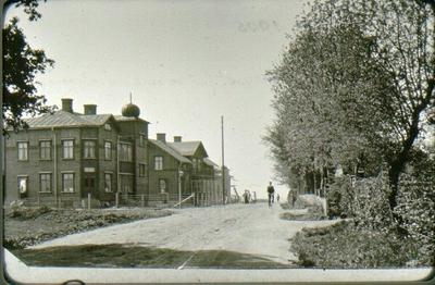 Danska vägen. Längst bort t.v. missionshuset, som då var under byggnad. 1935 var bebyggelsen klar hela Danska vägen ända fram till Lejonkullen.