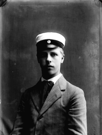 En student, bröstbild. Leonard Johansson, Helsingfors, Finland. Bilden tagen vid Odensbacken, Asker socken, söndagen den 16 augusti 1908.