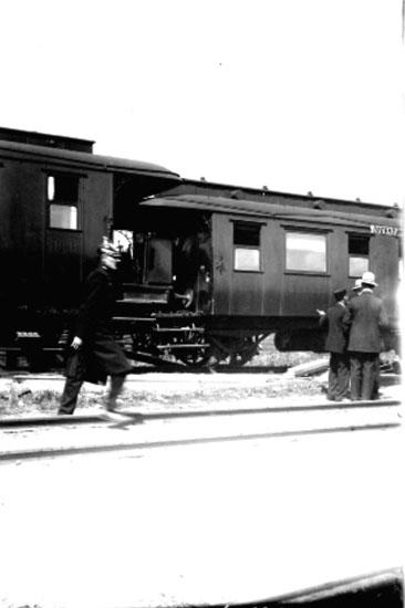 Järnvägsstation, ett tåg, fyra personer. Troligen urspårning på Örebro Södra i början av 1900-talet. Se även bilderna: 10642, 10645, 10646, 10647.
