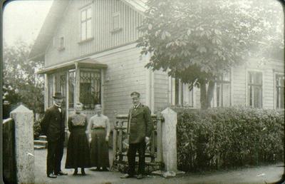 Tegnérgatan 7. Huset köpt 1911. Byggt omkring 1897 av lokförare Ring. Fr.v. Svante Johansson, från Ulstorp nära Grästorp. Augusta Johansson, Anna Smedberg, f. 1867. Axel Smedberg, f. 1863. Omkring 1912.