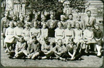 Klass 4 Centralskolan i Falköping 1955. Översta raden: 1. Nilsson, Lars Ove 2. Nilsson, Rune 3. Leijon, Per Olof 4. Östergårde, Karl-Olof 5. Lindén, Sven-Olof 6. Lundgren, Roland 7. Eklund, Tomas 8. Sondberg, Ulf  9. Persson, Kurt 10. Läraren Mauritzon, Rune. Mellersta raden: 1. Pettersson, Marianne 2. Monika 3. Rosén, Ulla 4. Rask, Erika 5. okänd 6. Holm, Lena 7. okänd 8. Magnusson, Rigmor 9. okänd 10. okänd. Understa raden: 1. Hylén, Gunnar 2. Jonsson, Krister 3. Lindström, Tord 4. Pantzar, Conny 5. Karlsson, Kent.