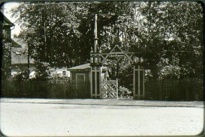 Ingången till hotellträdgården mitt emot Rantens station omkring 1920. Efter det att tomten såldes till fosterlandsstiftelsen, omändrades entrén.