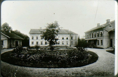 Kv. Läkaren, gamla lasarettet 1893. Falköpings första lasarett öppnades den 15 oktober 1856. Tomt om två tunnland donerades av staden. Ritning till lasarettet utfördes av konduktören Oppman och byggnaden utfördes av fabrikör C.J. Lundberg. Inredningen ombesörjdes av byggmästare C.G. Engblom i  Skara.