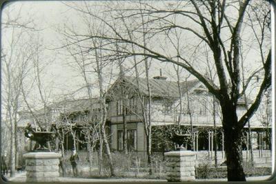 Mössebergs hotell / Badrestaurangen, Kv. Måsen sett västerifrån (med Danska Vägen). Mössebergsgatan 13. Huset revs 1962. I förgrunden portarna till parken innan grindstugorna byggdes.