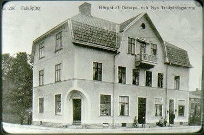 Kv. Boktryckaren, Trädgårdsgatan 28, Dotorpsgatan 4, Bredins modehandel. Revs 1964 för att ge plats åt nya Domusbygget. Numera (2016) ligger Netto här.