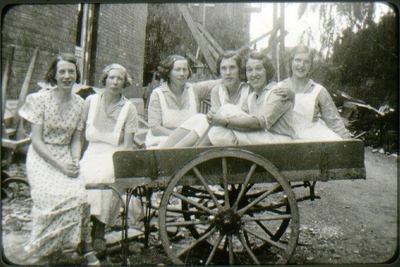 Lasarettet, kökspersonal 1936-38. Från vänster: 1. Inga Borg, 2. Hildur Kilander, 3. Stina Olsson, 4. Stina, 5. Greta Johansson.