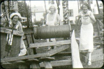 Lasarettet, kökspersonal hämtar upp vatten. Från vänster: Alice gift sedermera med