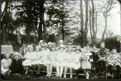 Skolklass, början av 1920-talet. Längst till vänster: Oskar Nilsson, längst till höger: Harry Nilsson.