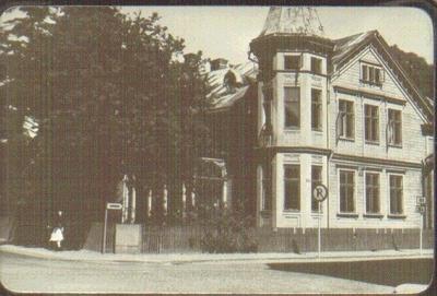 Dotorpsgatan 8/Trädgårdsgatan 25, från s.v. Rehmarks hus, rivet sommaren 1959. Byggt 1902. Här ligger numera (2016) Fonus.