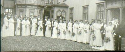 Kv. Gästgivaren Storgatan 36-34, S:t Olofsgatan 3. Bröllop: Tekla Gustafsson och Axel Holmbergs 6/6 1909. Nr 4  i främre raden från höger Torsten Gustafsson Nr 5 Vilhelm G., Nr 2 Ingeborg Gustafsson.