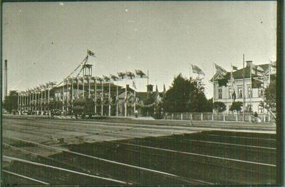 Rantens stationshus och hotell i festlig väntan på Kung Oscar. Observera unionsflaggorna och skorstenen. Vid Oscars genomresa till älgjakten på Halleberg.