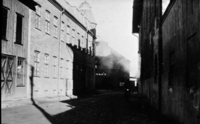 Sjögatan. Efter att från gamla Göteborgsvägen ha passerat över ett flertal järnvägsspår och omedelbart därpå tvära kurvor gick vägen via Storgatan in mot staden.