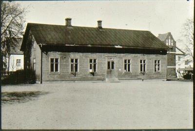 Kv. S:t Sigfrid, gamla slöjdskolan och bibliotekshuset var placerat på skoltomten vid Westerbergsgatan. Revs 1948 för den nya byggnaden.