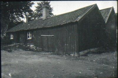 Kv. Klockaren, Landbogatan 2, Wallanders bageri. Gården kallades Wallanderska gården men tillhörde Frans Eriksson. Gränsade till Storgatan 7-9. Revs 1911. Nils Janssons gård och magasin t.h.