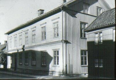 Kv. Gästgivaren, Storgatan 42, Samskolan. Byggd 1864-65. Upphörde som samskola 1911, då nya läroverket invigdes. Användes sedan som bostadshus. Revs 1964 för att ge plats åt nya S:t Olofs-husets nedre del. Troligen revs Storgatan 36 och 40 samtidigt.
