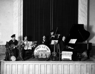 Fred Leon:s jazzband, fem personer. Tvåa från vänster är sannolikt Sven Johansson, dragspel. (Se även bild OLM-1934.7-1)