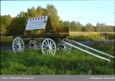 Hästkärra med en hänvisningskylt till en lanthandel, står vid vägen vid Forentorp.