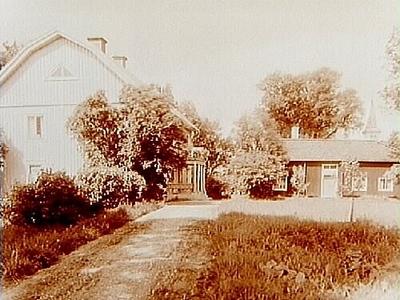 Askers Prästgård, tvåvånings bostadshus med brutet tak, veranda och balkong. En och en halvvånings flygelbyggnad. Beställnings nr: AR-627. Inköpt av Svenska Trafikförbundet, nr: 8674.