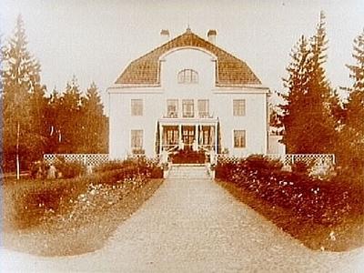 Tvåvånings disponentbostad med frontespis, balkong, veranda och brutet tak. Kronokamrer Inge Sahlin AB Klara Gruvor.