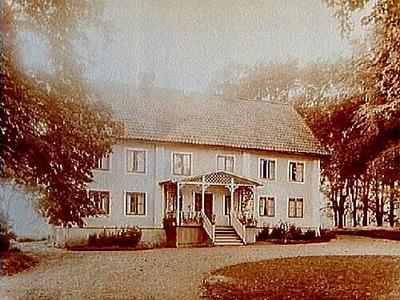 Lunds gård, stort tvåvånings bostadshus med stor veranda med snickarglädje. Direktör Erik Edman